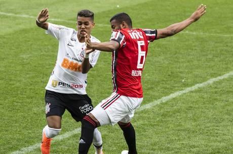 Pedrinho e Reinaldo disputam jogada na final