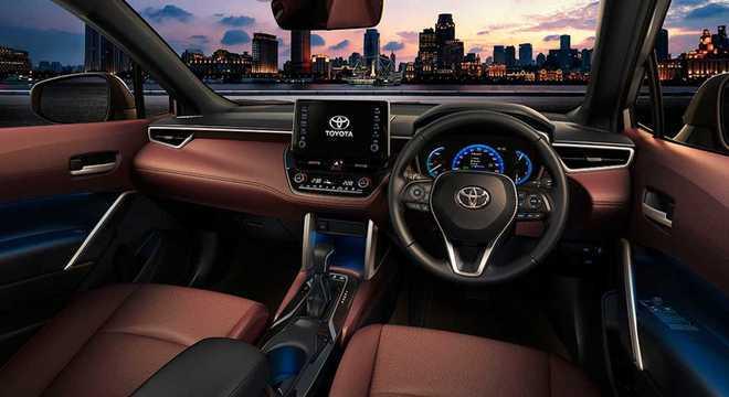 Interior do Corolla Cross traz grande semelhança com o sedã: painel e volante são os mesmos