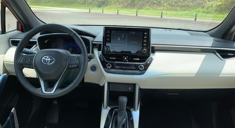 """Crossover tem central multimídia Toyota Play com tela sensível ao toque de 8"""""""
