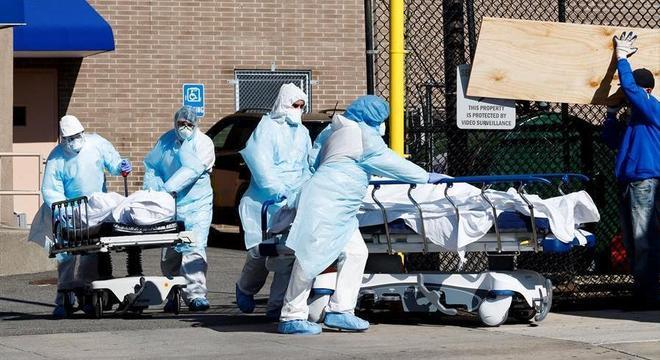 Enfermeiros transportam corpos para necrotério improvisado em Nova York