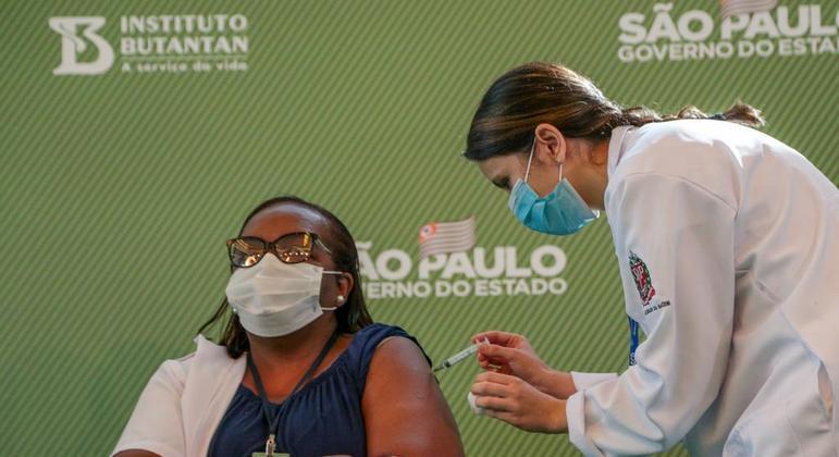 Mônica Calazans, primeira mulher a ser vacinada no Brasil