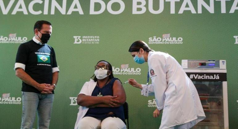 Mônica Calazans foi a primeira a ser vacinada no Brasil