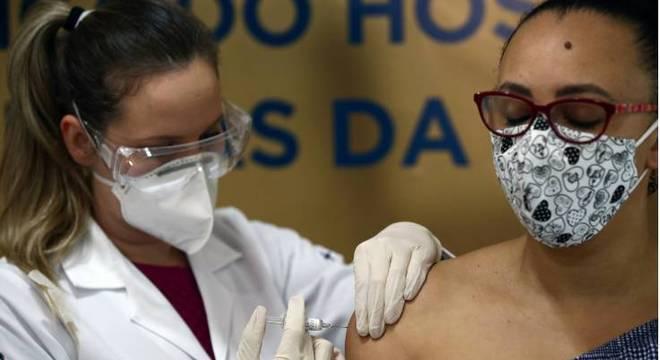 Enfermeira Isabelli Guasso aplica a Coronavac, potencial vacina contra a covid-19, à voluntária e enfermeira Fabiana Souza, do Hospital São Lucas da Pontifícia Universidade Católica do Rio Grande do Sul (PUCRS), em Porto Alegre , Brasil
