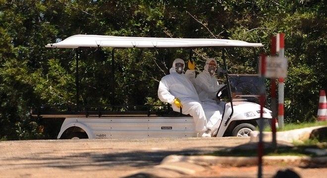 Funcionários de cemitério em Campinas estão utilizando roupas de proteção