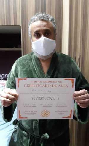 Paulo com certificado de alta