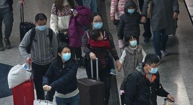 HKG - HONG KONG/CORONAVÍRUS - INTERNACIONAL - Passageiros usam máscaras protetoras chegam à estação ferroviária de alta velocidade em Hong Kong, nesta terça-feira, 28 de janeiro de 2020. A chefe-executiva de Hong Kong, Carrie Lam, anunciou hoje que o território vai suspender a emissão de vistos de viagem para turistas da China em meio a preocupações com a disseminação do surto de coronavírus iniciado na cidade chinesa de Wuhan. 28/01/2020 - Foto: VINCENT YU/ASSOCIATED PRESS/ESTADÃO CONTEÚDO