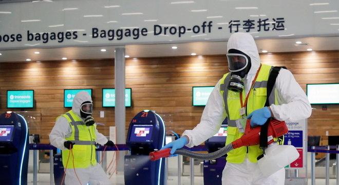 Funcionários higienizam áreas comuns do aeroporto Paris-Orly