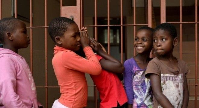 Crianças de Maputo brincam enquanto aguardam almoço em escola