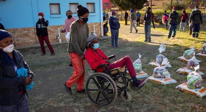 Doação de alimentos na África do Sul, durante a pandemia de covid-19 no país