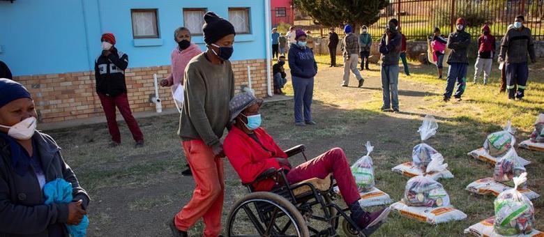 Na imagem, pessoas fazem fila para receber doação de alimentos na África do Sul, durante a pandemia de covid-19 no país