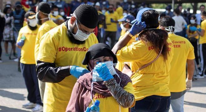 Voluntários distribuem sabão e informações sobre o coronavírus na África do Sul