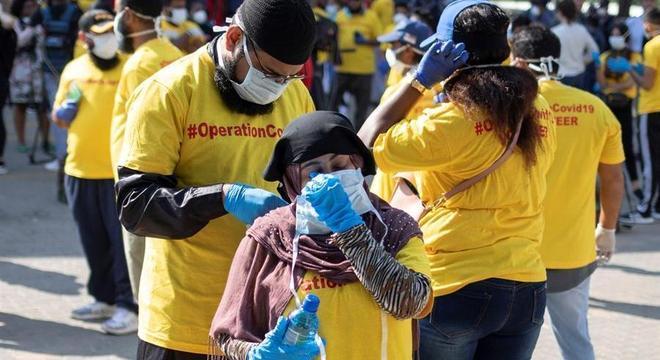 Voluntários distribuem sabão e informações sobre o coronavírus em Joanesburgo, África do Sul