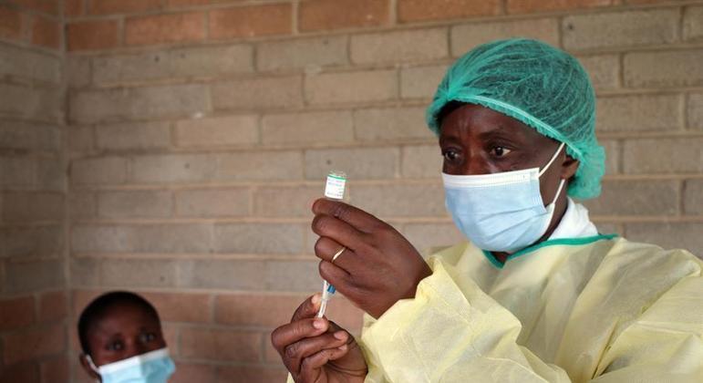 População dos países africanos sofre com a escassez de vacinas contra covid