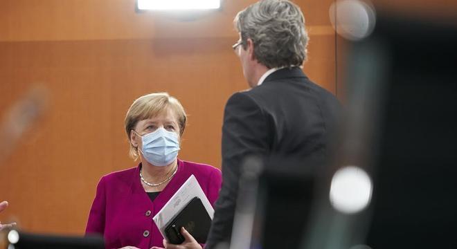 Merkel quer ampliação do uso de máscaras na Alemanha, para conter o coronavírus