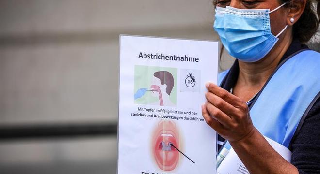 Enfermeira em Berlim mostra como é feito a coleta para exame de covid-19