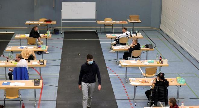 Alunos fazem prova em quadra convertida em sala de aula em Dortmund