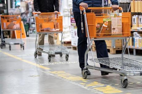 Marcas no chão em loja na Alemanha: distância de 1,5 m