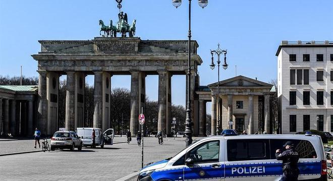 Portão de Brandemburgo, Berlim, durante a vigência de medidas isolamento contra covid-19