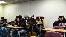 Receosos e com máscaras, alunos voltam às aulas em Miami