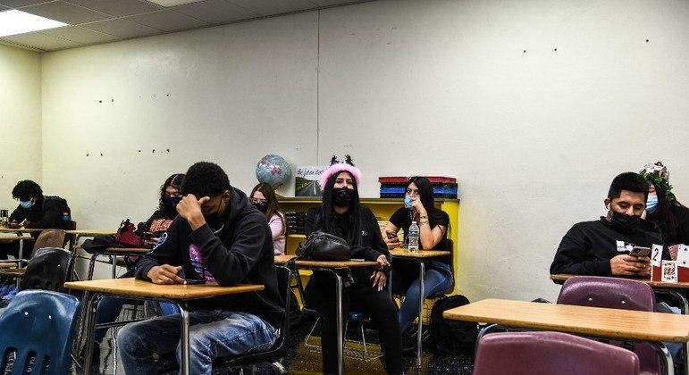 Adolescentes devem usar máscaras em sete distritos escolares da Flórida
