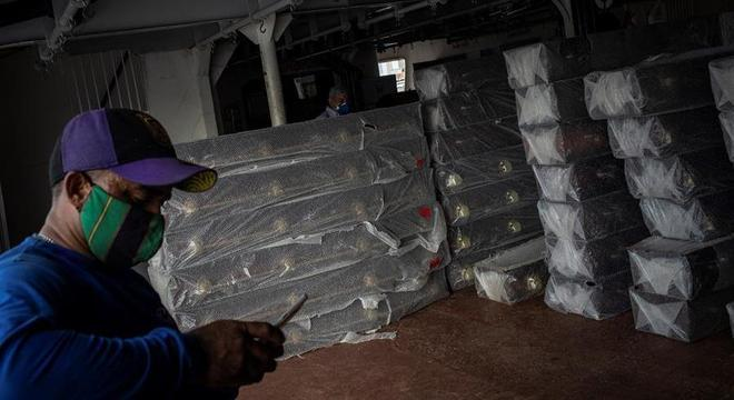 Carregamento de caixões chega a Manaus durante a crise da covid-19