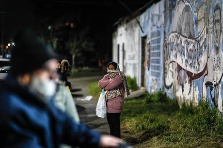 Argentinos aguardam em fila de doação de alimentos