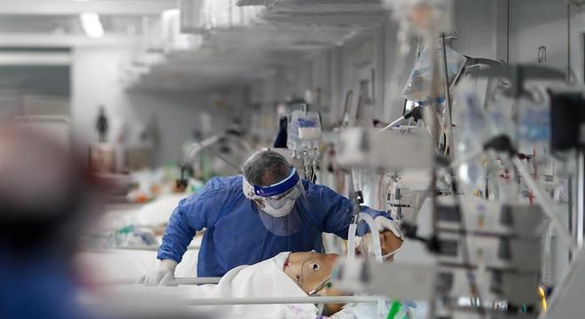 Hospitais do interior de SP têm filas para internação com alta nos casos de covid
