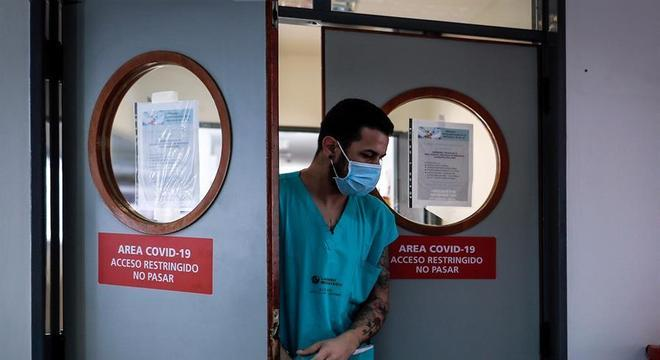 Médico sai de área reservada para pacientes com covid-19 em hospital argentino