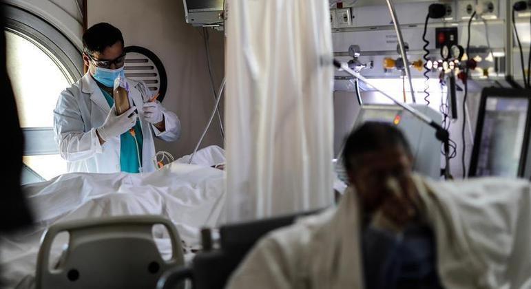 Números da pandemia no Brasil estão caindo há cerca de três semanas, um possível reflexo da campanha de vacinação