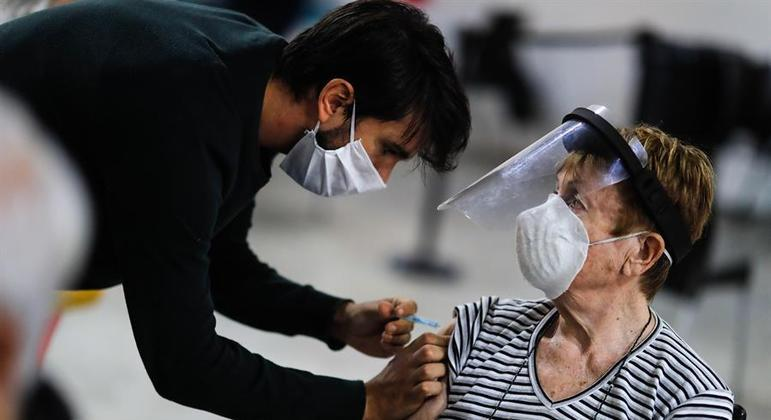 Vacinação continua mais concentrada entre idosos na Argentina