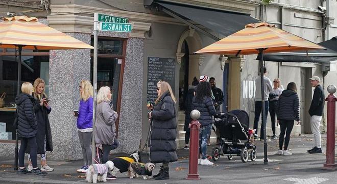 Pessoas aguardam em fila para serem atendidas em café em Melbourne, Austrália