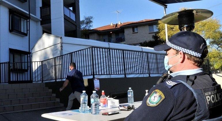 Policial australiano vigia prédio em Sydney que foi  posto em quarentena por surto de covid-19