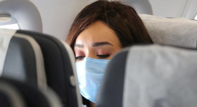 Passageira usa máscara a bordo de avião no Egito, durante a pandemia de covid-19