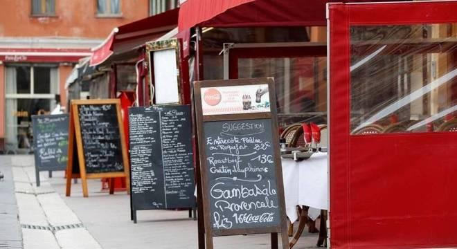 Restaurantes vazios em Nice: locais públicos serão fechados em toda a França