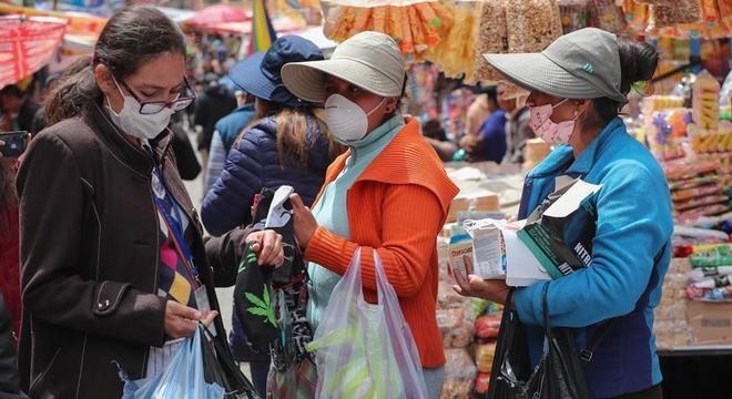 Pessoas compram comida em La Paz antes da quarentena nacional