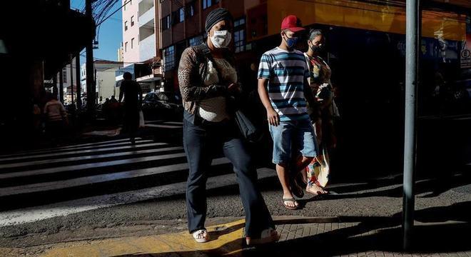 Brasil mostra tendência de baixa em casos de covid-19, mas é preciso cuidado