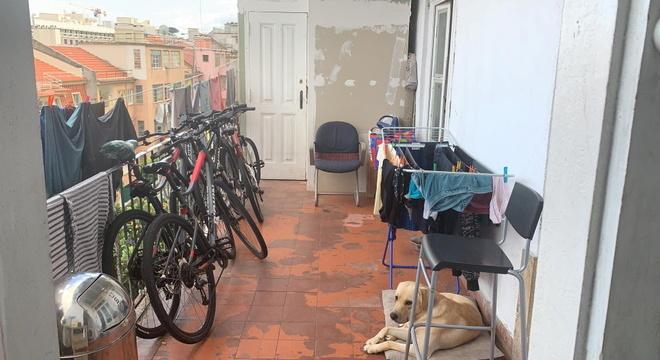 Apartamento que Patrícia teve que passar a dividir com vários imigrantes brasileiros