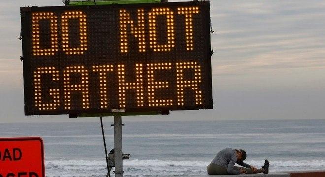 Aviso na praia em Oceanside pede que as pessoas não se reúnam ali