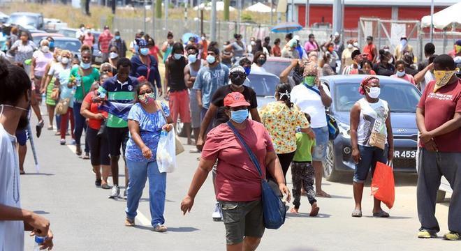 Moradores fazem fila para pegar alimentos em Trinidad e Tobago