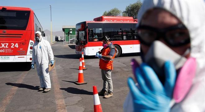 Funcionários fiscalizam ônibus em estrada chilena em meio à pandemia