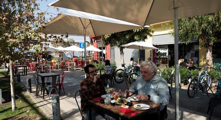 Até quatro pessoas podem sentar em uma mesa em bares e restaurantes de Santiago