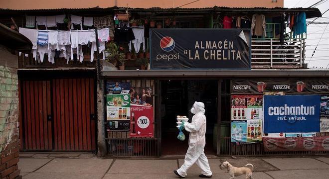 Funcionário distribui refeições em bairro na periferia de Santiago