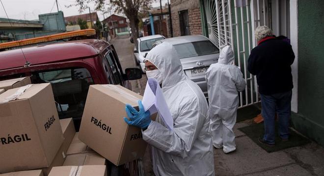 Funcionários da prefeitura entregam alimentos para moradores de Santiago