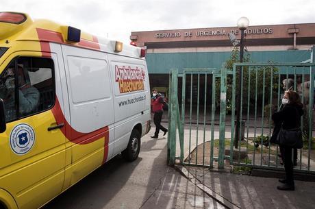 Ambulância deixa hospital em Santiago, capital do Chile