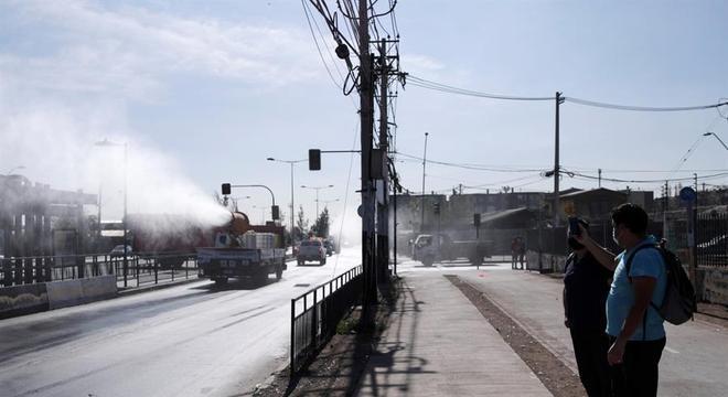 Caminhões fazem desinfecção de ruas em bairro de Santiago, no Chile