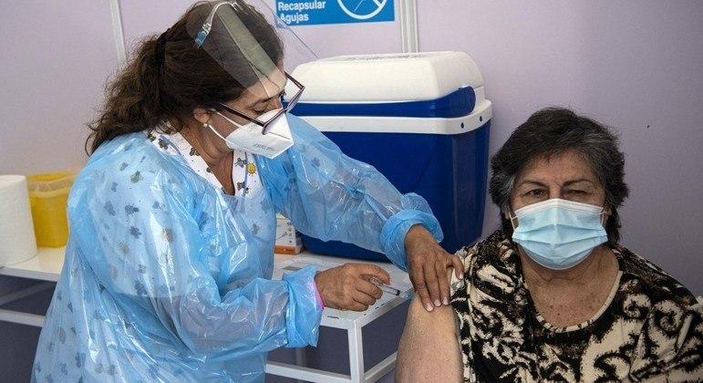 Chile passou a dar uma dose de AstraZeneca para imunizados com Coronavac