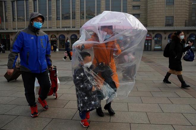 O fim do feriado prolongado do Ano-Novo chinês faz com que milhões de pessoas comecem a voltar para suas casas. No entanto, o medo da epidemia de coronavírus é visível nas ruas do país