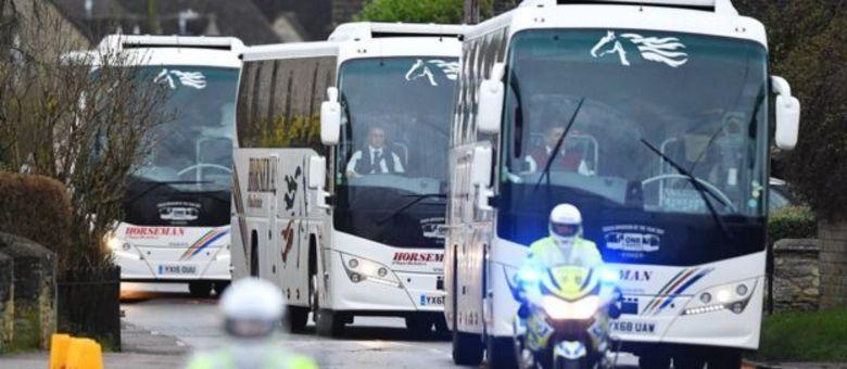Um comboio de ônibus com os primeiros cidadãosa britânicos evacuados de Wuhan no começo da semana