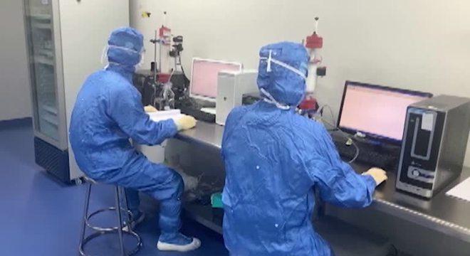 China afirma ter 'desenvolvido com sucesso' vacina contra a covid-19