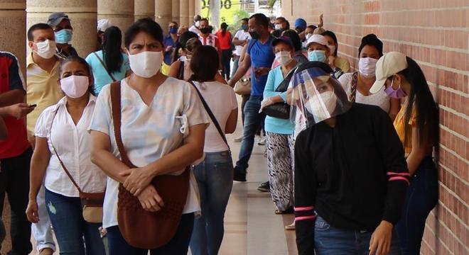 Aglomeração em Barranquilla, na Colômbia, apesar do alto número de casos de covid-19